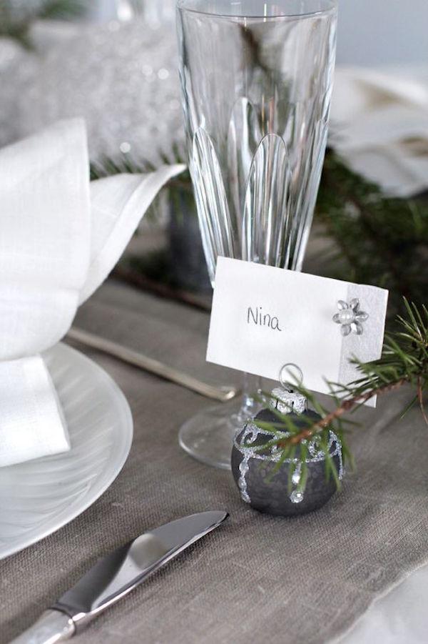 Con una bola del árbol de navidad   y un poco de romero marcamos los asientos
