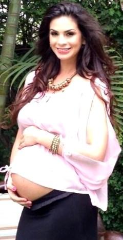 Foto de Sully Saenz embarazada, posando en bello jardín