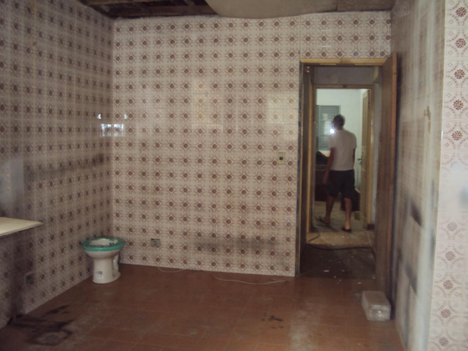 Na sala o piso de taco estama muito muito danificada e faltando  #3F6F61 1600x1200 Banheiro Azulejo Pintado