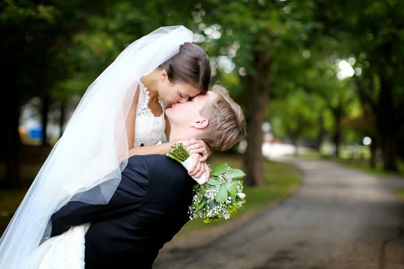 Wedding kiss - Romantic wedding wallpaper