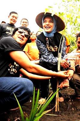 Berbagi Kebahagiaan bersama FH UGM (Ikang Fawzi & Marissa Haque)