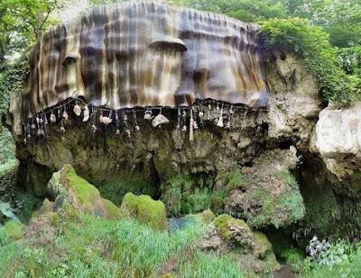 Sakuratotomisteri.blogspot.com - Mata Air Ini Bisa Mengubah Benda Menjadi Batu