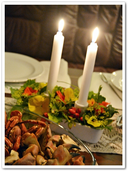 blommor dukning skladjur, ljusstake blommor, dekortion dill, krasse, flower arrangement seafood, table setting seafood flowers, candel decoration flowers, kräftskiva,