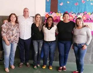 Poeta Hudson Fernandes com a equipe da Escola Marilia Porto