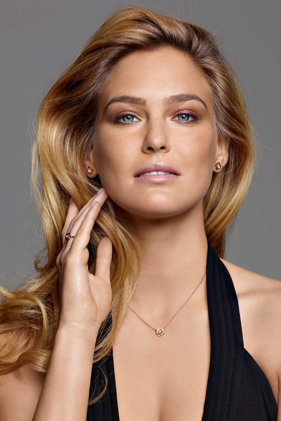 http://3.bp.blogspot.com/-zqIqSWLuuo4/T460pfer_lI/AAAAAAAACXY/pkup1H03pmU/s1600/Bar-Refaeli-in-Piaget-Rose-2012-Jewelry-Collection_5.jpg