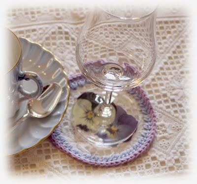 Glassunderlag med fioler