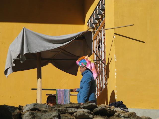 bután, mujeres tejiendo a la sombra