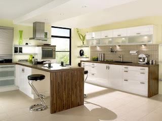 cucina con ripiani in laminato effetto legno immagine