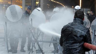 Produtores de leite protestam em frente ao Parlamento Europeu