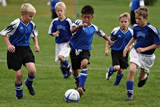 Mereka bermain bola. phlmetropolis.com