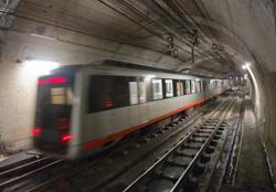 Tren de Metro atravesando túneles en sentido contrario