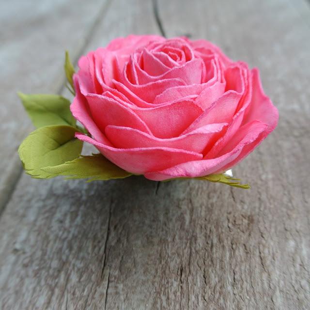 роза на заколке