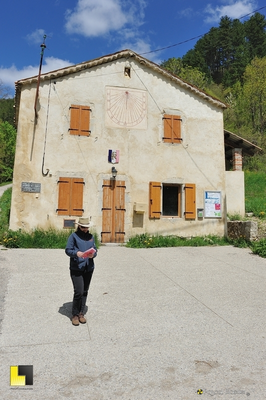 Valérie blachier devant la mairie de la bâtie des fonts photo pascal blachier