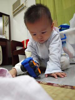 小朋友玩麗嬰房買的玩具車