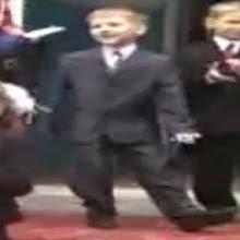 niño ruso con traje bailando