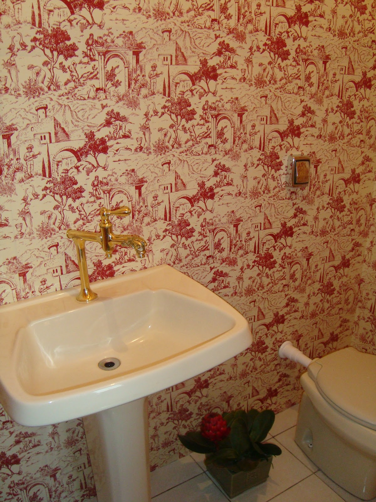 lavabo foi revestido com tecido sobre o azulejo e ficou maravilhoso #7A412A 1200x1600 Azulejo Listrado Banheiro