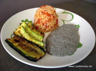 Gebratene Zucchini an Tomatenreis mit veganer Pilzsauce