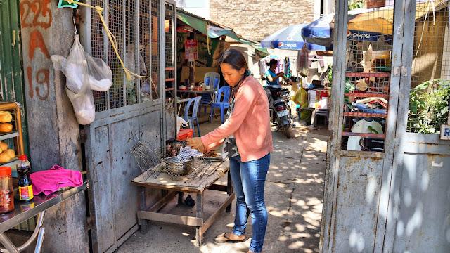 Préparation du petit déjeuner dans une rue perpendiculaire de Norodom