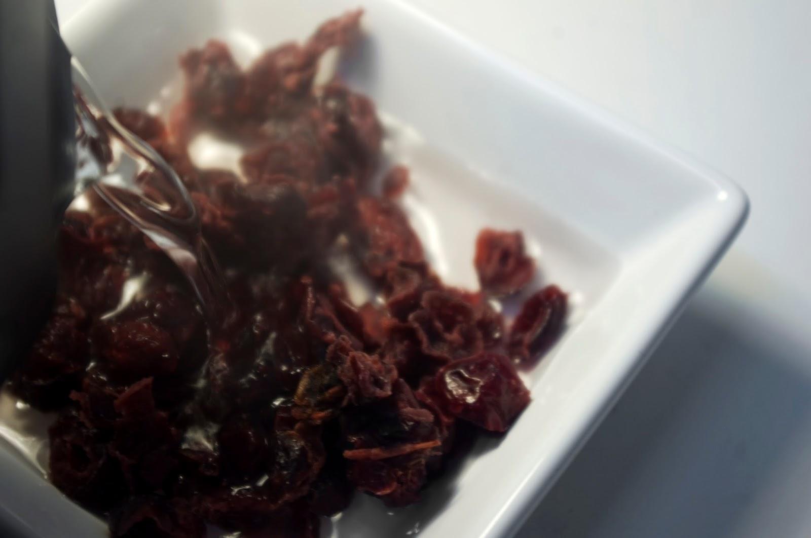 preparamos frutos rojos con agua hirviendo