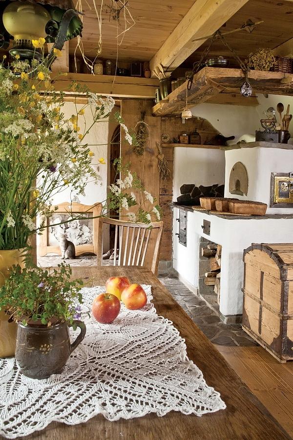 decoracion de interiores madera rustica:centro de la cabana y los techos bajos de maderos importantes para