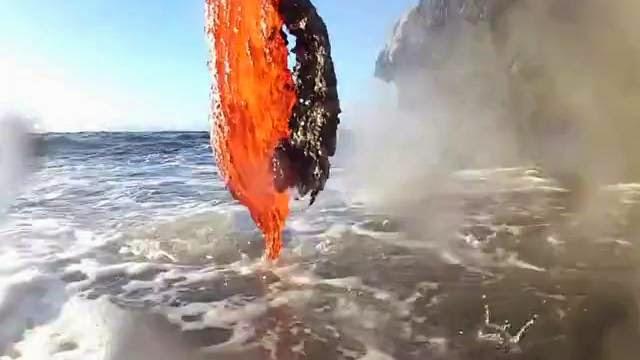 De la lave se déverse dans l'océan, magma dans l'eau