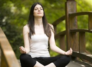 Tập vài động tác Yoga cũng giúp bạn thoát khỏi cảm giác buồn phiền