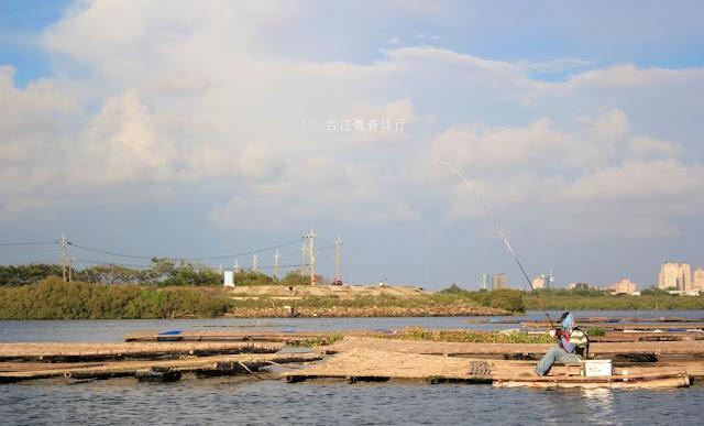 悠閒的釣客,漂浮於蚵棚棚架上,隨著潮水起伏。