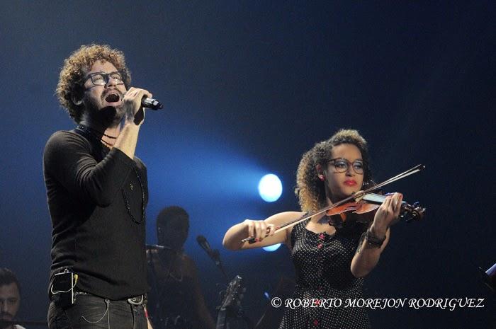El cantante Raúl Paz (I),  acompañado de Glenda al violin, durante el lanzamiento del disco La Otra Esquina de Paz, en el Teatro Karl Marx, en La Habana, Cuba, el 28 de febrero de 2015.
