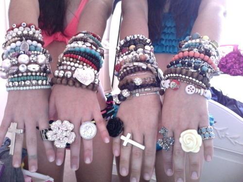 Картинки девушек с браслетами на руках