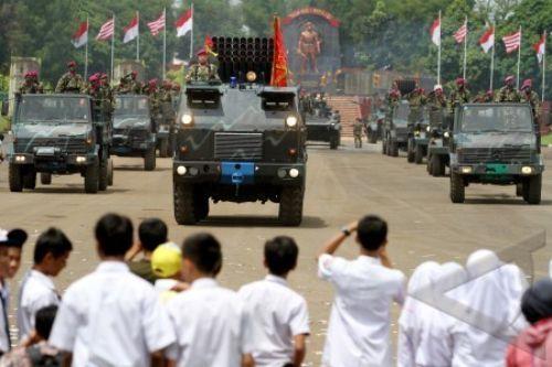 Warga menyaksikan Demo Material Tempur Marinir Roket multi laras RM 70 Grad