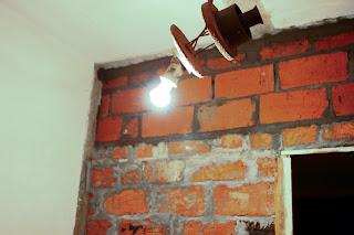 кирпичная стена над дверным проемом