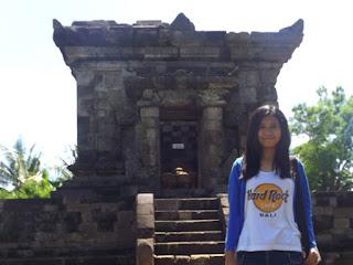 Foto penulis Raleopaq dengan latar Candi Badut di Kota Malang