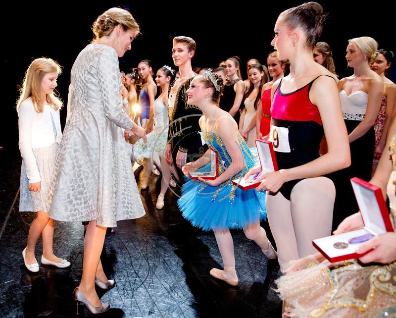 Moeder en dochter samen op stap bij Genee Internationaal Ballet in Antwerpen, Koningin Mathilde en Prinses Elisabeth