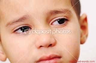 طفل حزين من الوحدة