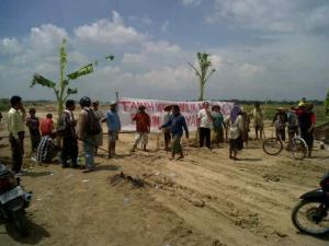 Puluhan Warga Blokir Pembangunan Jalan Tol Trans Jawa