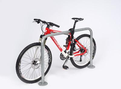 Fahrradanlehnbügel Modellreihe 9100 mit der Möglichkeit das Fahrrad am Rahmen anzuschließen.