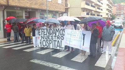 Protestas de la plataforma de sanidad a las puertas del Virgen del Castañar