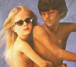 Propaganda polêmica com duas crianças seminuas.