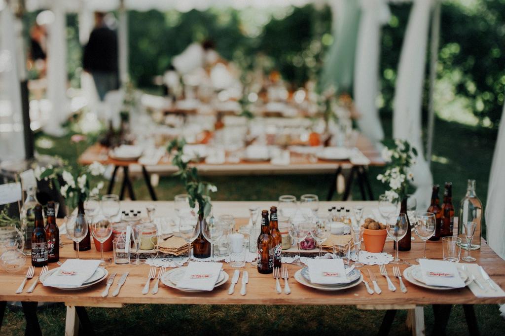 Dukning på bröllop med gardenparty
