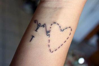 Tatuagem de coração no punho fofa e delicada