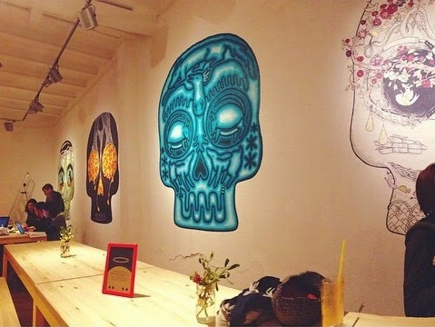 exposición calaveras gigantes arte artistas galería cafetería desayuno merienda café barcelona mágica bcn
