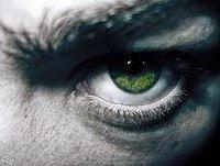 El extraño de ojos verdes ahora ronda por la casa ¿debere invitarlo a pasar y tomar algo de café?
