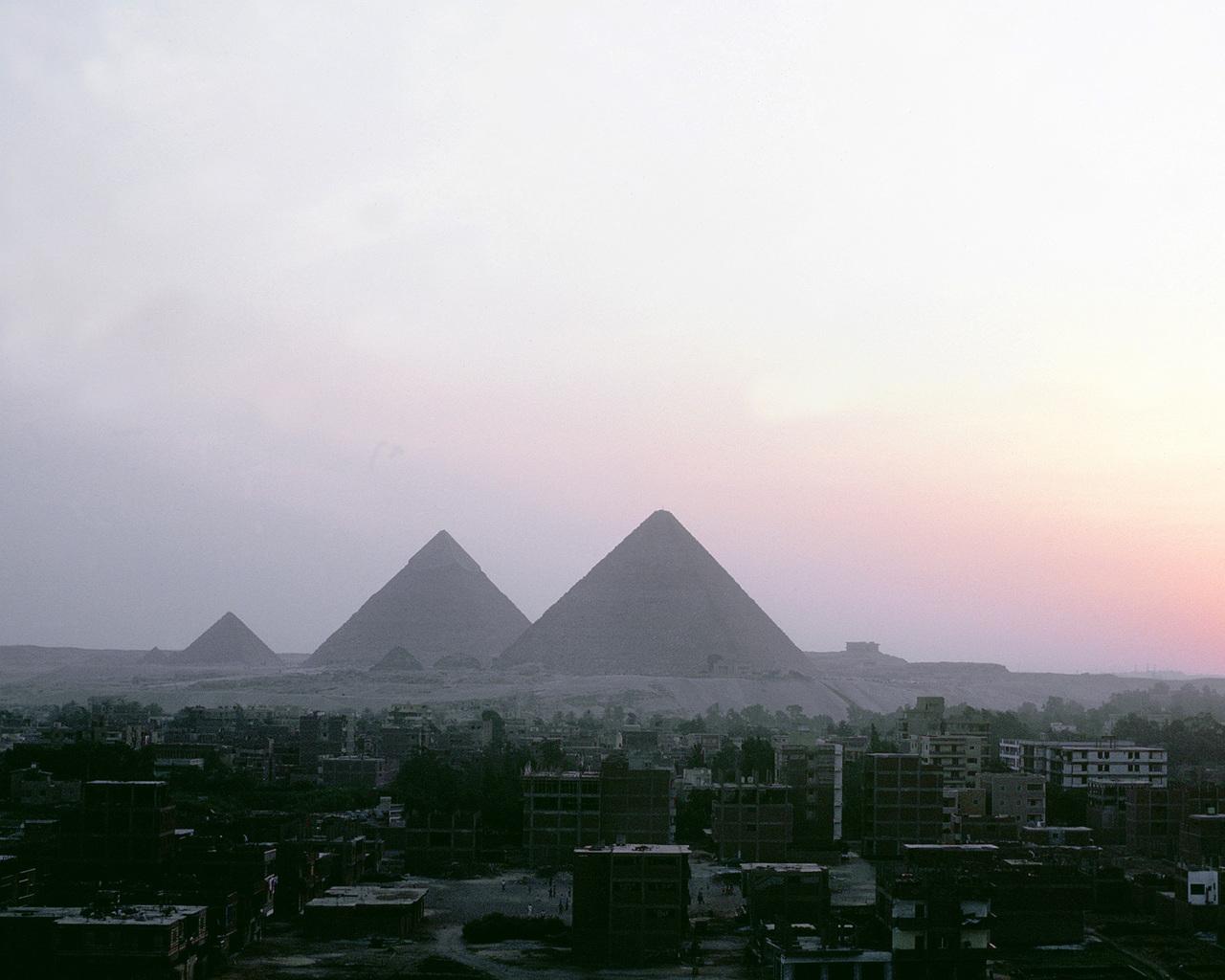 http://3.bp.blogspot.com/-zzysr4vt6XE/TsURl80v41I/AAAAAAAAFSI/D46XCbtk3no/s1600/egypt+pyramids+wallpaper+wonder.jpg