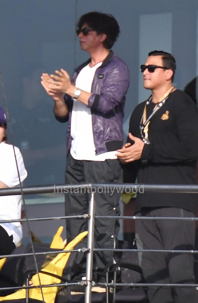 Shah Rukh Khan Cheering Kolkata - HD Pics