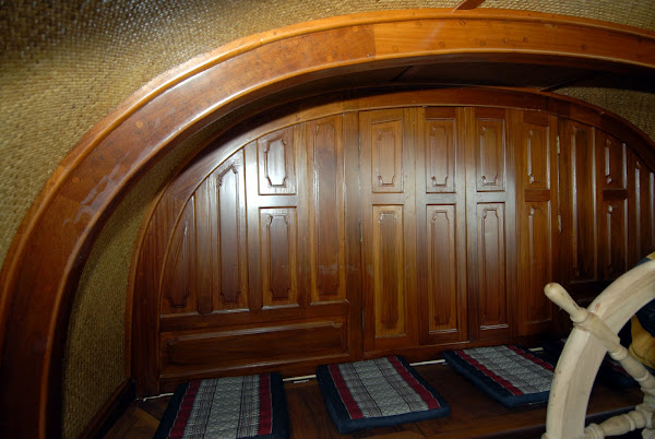 Cockpit, skippers cabin door closed :