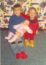Året 1984. Storebror passer godt på småsøstrene sine.