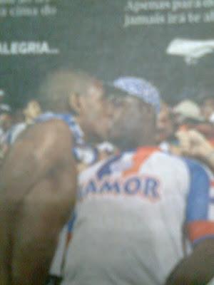 Torcedores do Bahia se beijando