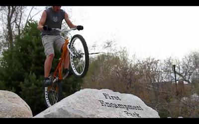 Video de ciclista trial en donde muestra sus habilidades con su bicicleta