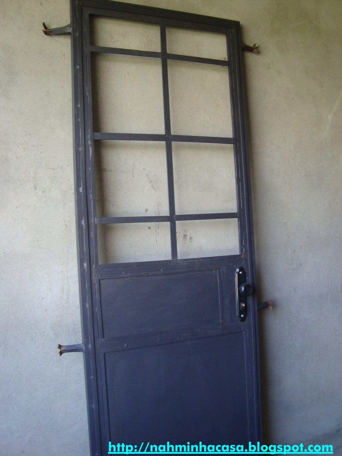 #416678 essa é a porta da cozinha é uma porta camarão em ferro aqui à  566 Janelas Em Arco De Ferro