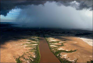 rio con nubes de tormenta
